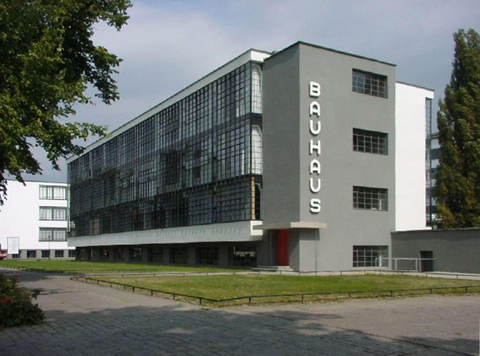 باوهاوس یک مدرسهی هنر و معماری بود که در دورهی ویمار آلمان مانند اتاق فکر زیباییشناسی مدرن فعالیت میکرد. لارنسیس ادعا کرد که با استفاده از نظریههای توسعهیافته این موسسه سلولهای زندان را طراحی کرده است. تصویر: ویکیپدیا