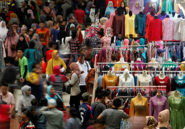Shoppers flock to the Tanah Abang traditional market ahead of next week's Eid al-Fitr holiday marking the end of Ramadan in Jakarta, Indonesia, June 29, 2016. REUTERS/Iqro Rinaldi - RTX2ITNQ