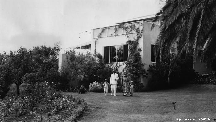 توماس مان به همراه همسرش کاتیا و دو فرزندشان فردو و تونیو در ویلای لوس آنجس (در سال ۱۹۴۱)