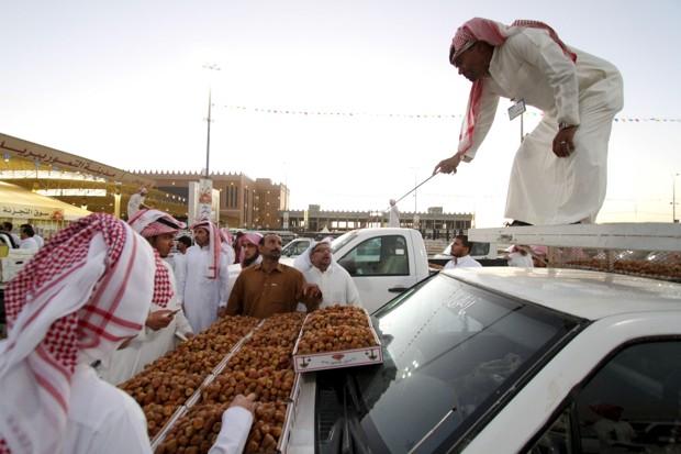 در جشنوارههای سالیانه در استان قصیم عربستان، مردی روی وانتی خرما میفروشد. (رویترز، Faisal Al Nasser)