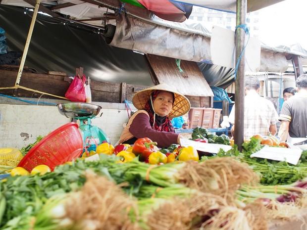 خانمی در بازار پودوی کوالالامپور سبزی میفروشد. (فلیکر، John Ragal)