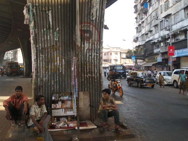دستفروش سیگار زیر پلی در بمبئی (فلیکر، Steph C.)