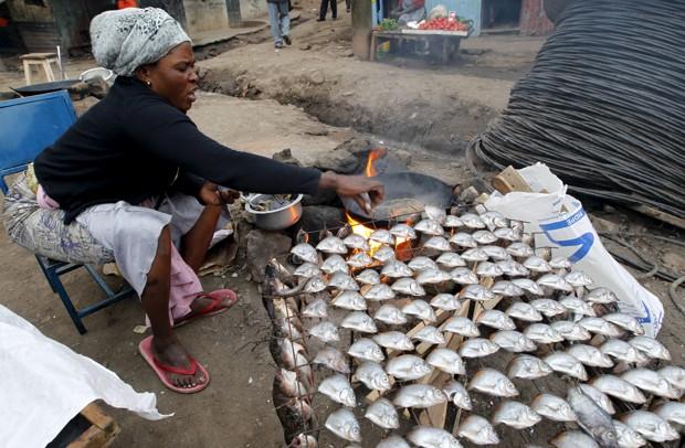 در نائوریبی خانمی ماهی سرخ میکند. (رویترز، Thomas Mukoya)