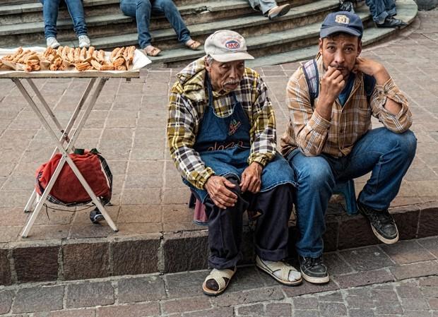 دستفروش شیرینی فروش کنار دوستش در نزدیکی کلیسایی در گواناخاتو، مکزیک. (فلیکر/ Bud Ellison)