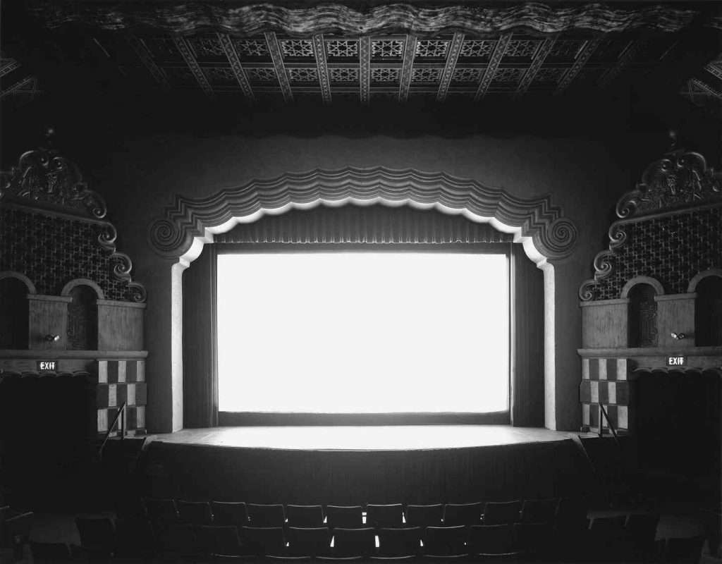 هیروشی سوگیموتو بیست سال است در سالنهای سینمایی عکاسی میکند.