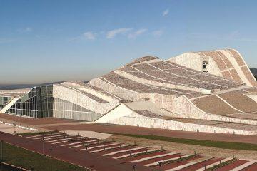 مرکز فرهنگی سندیاگو (شهر فرهنگی) اثری از آیزنمن که بیانگر وجه تندیسگونه و سیال معماری اوست.