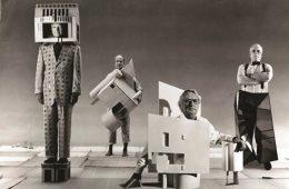 پوشیدن معماری / تصویر سازی قدیمیای از چهار عضو گروه پنج که ساختمانهای خود را به تن کردهاند. این نوع عکاسی یکی از مدهای معماری دهه ۴۰ بود.