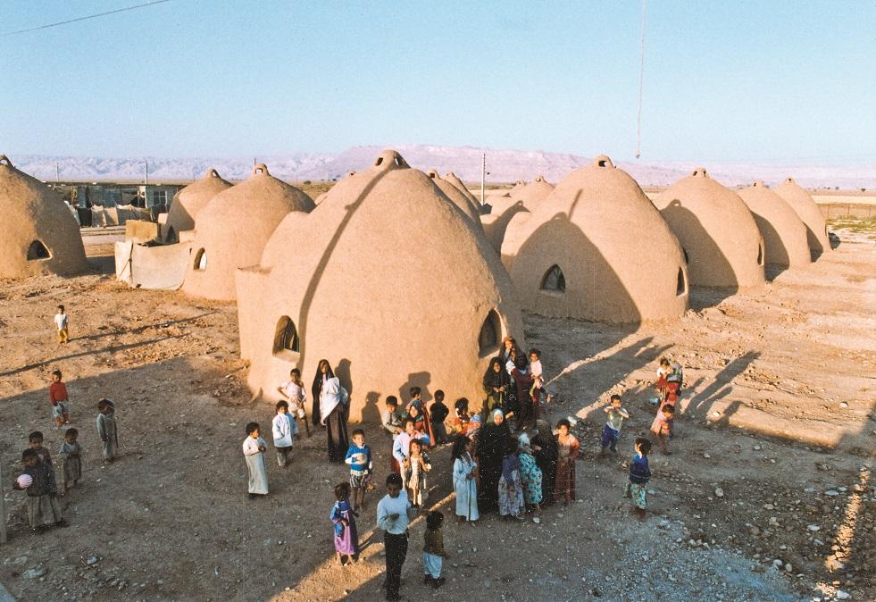 علاوه بر11 خانهای که خلیلی در سالهای ابتدایی انقلاب در قلعه مفید شهریار ساخت، یکی از شاگردان وی نیز 14 سازهابرخشت در اردوگاه  بنی نجار خوزستان برپا کرد.