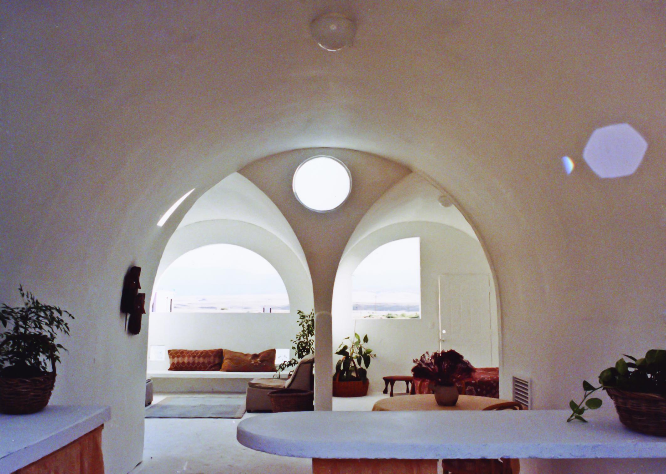 سازه های ابرخشت خلیلی که سال 1984 به عنوان راه حلی برای سکونتگاههای فضایی پیشنهاد شده بود، به شدت یادآور نوستالژی بناهای چندگانه سینمایی «جنگ ستارگان» است.