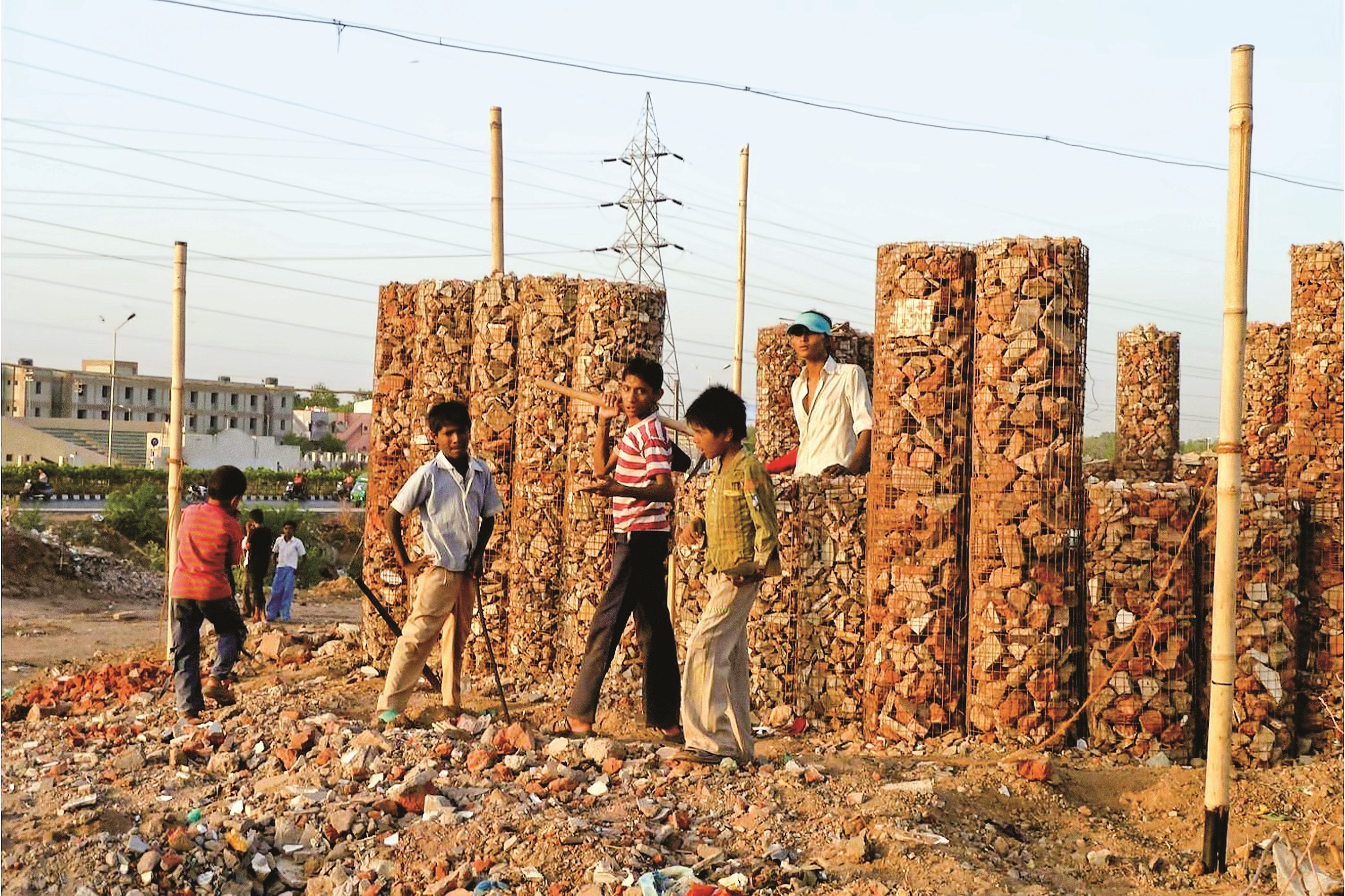 دانشآموزان در احمدآباد هند با کمک خسوس پوراس مونتسینو، معمار اسپانیایی، مشغول ساخت مدرسه