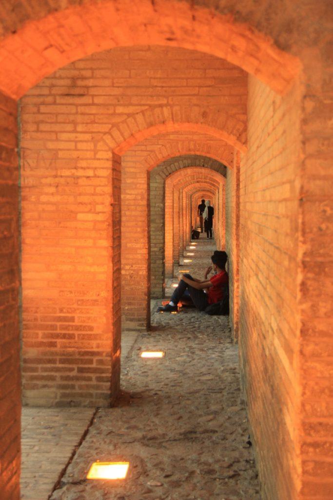 مکث در رواقهای طبقهی بالای پل خواجو: عکس از نویسنده