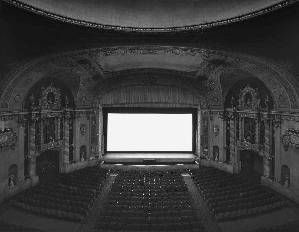 سوگیموتو میگوید: «زمانی که در موزهی تاریخ طبیعی نیویورک عکاسی میکردم، یک لحظهی توهمی داشتم. دیالوگی که منجر به این تجربه شد، در این مایهها بود: فکر کن که اگر کل فیلم را در یک فریم ثبت کنی چه میشود؟ و پاسخ: پردهی نمایش درخشانی آفریده میشود.»