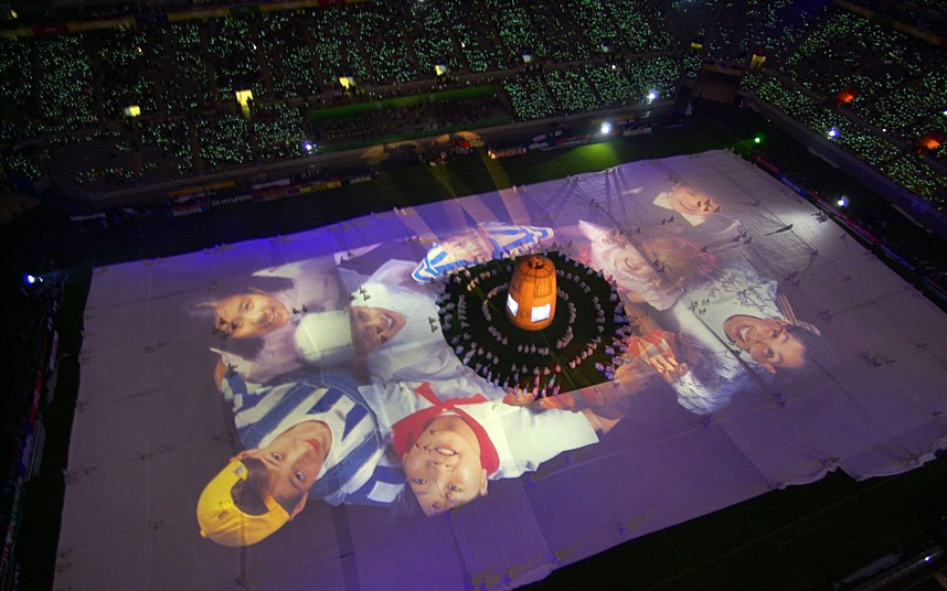 چهرهی بچهمدرسهایها در افتتاحیه جام جهانی ۲۰۰۲ در کره و ژاپن.